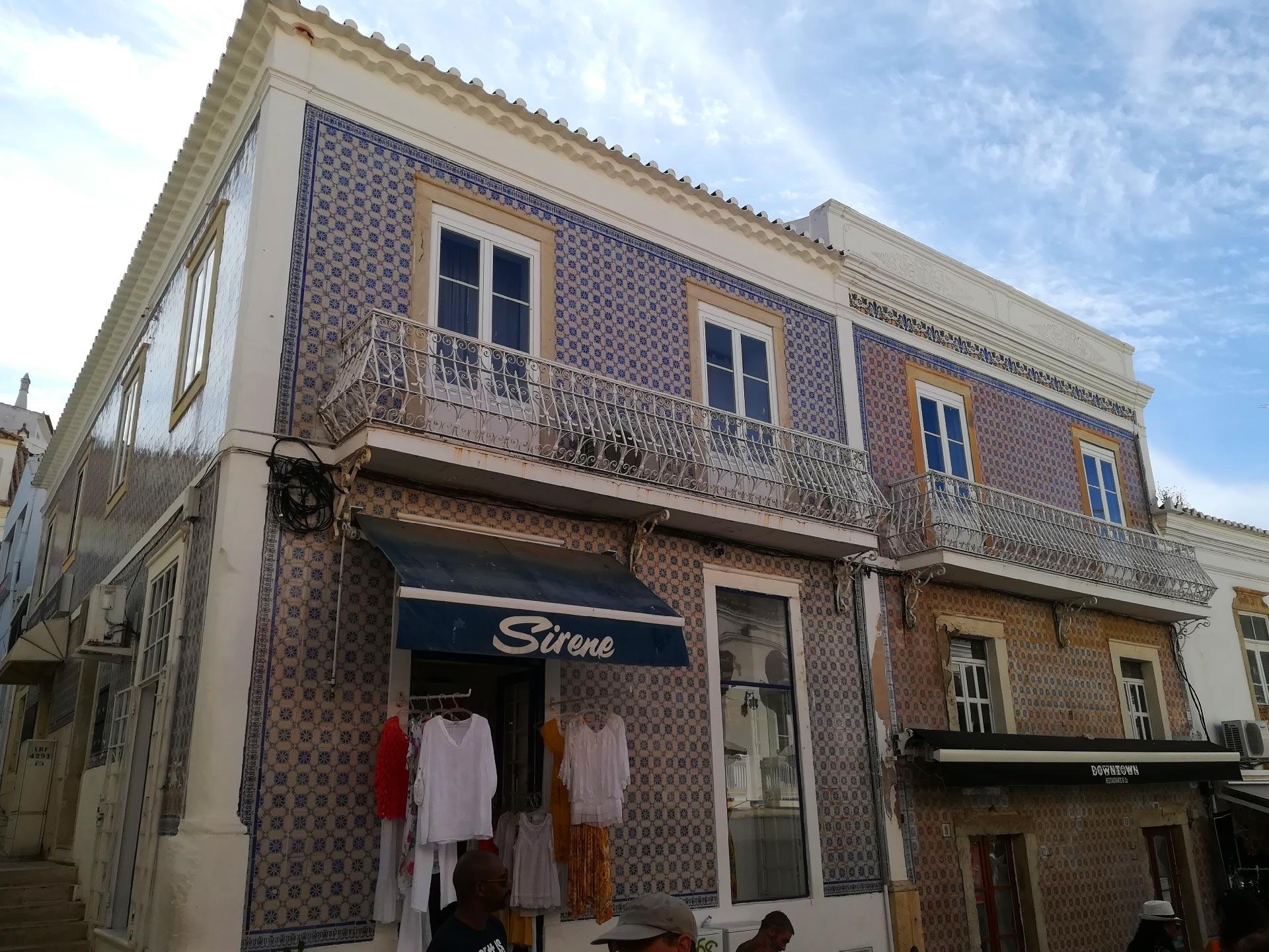 Veduta di un tipico edificio in stile portoghese ad Albufeira