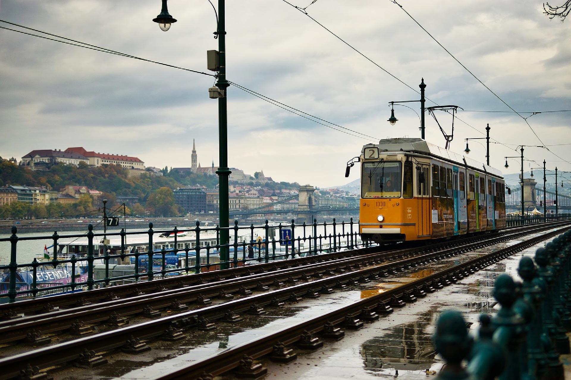 Uno dei tram lungofiume a Budapest