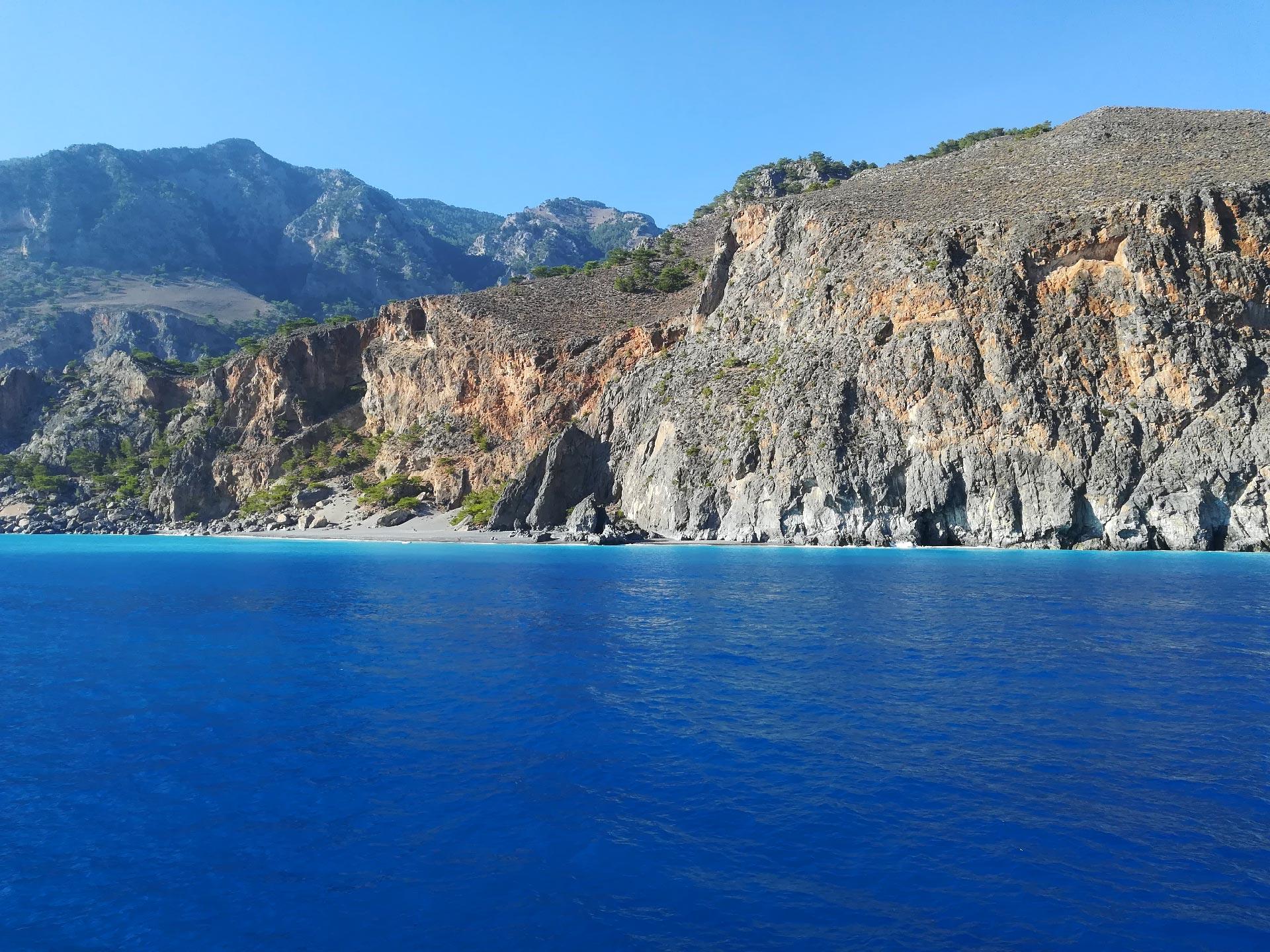 tratto di costa da Aghìa Rumèli a Chora Sfakion visto dal traghetto, Creta, Grecia