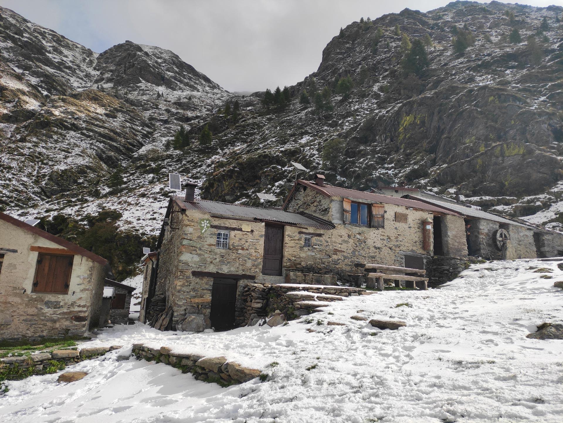 baite all' Alpe di Deleguaccio (paesaggio innevato) Valsassina, Lombardia