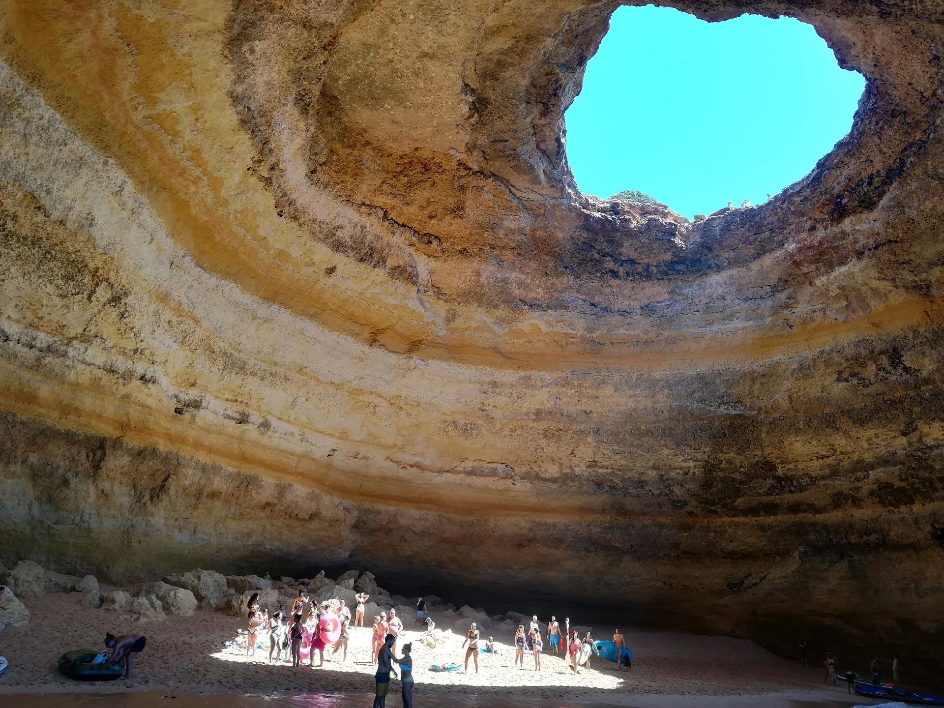 la famosa grotta di Benagil, ben visibikle il fascio di luce che entra dall'alto attraverso una grande voragine, Portimao, Portogallo