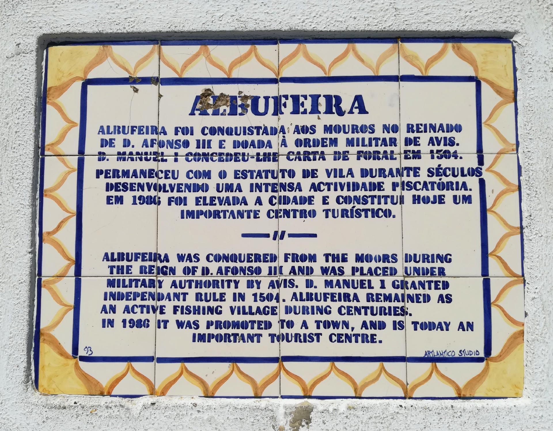 targa in maiolica scritta in portoghese con indicazioni sulla città di Albufeira, Portogallo