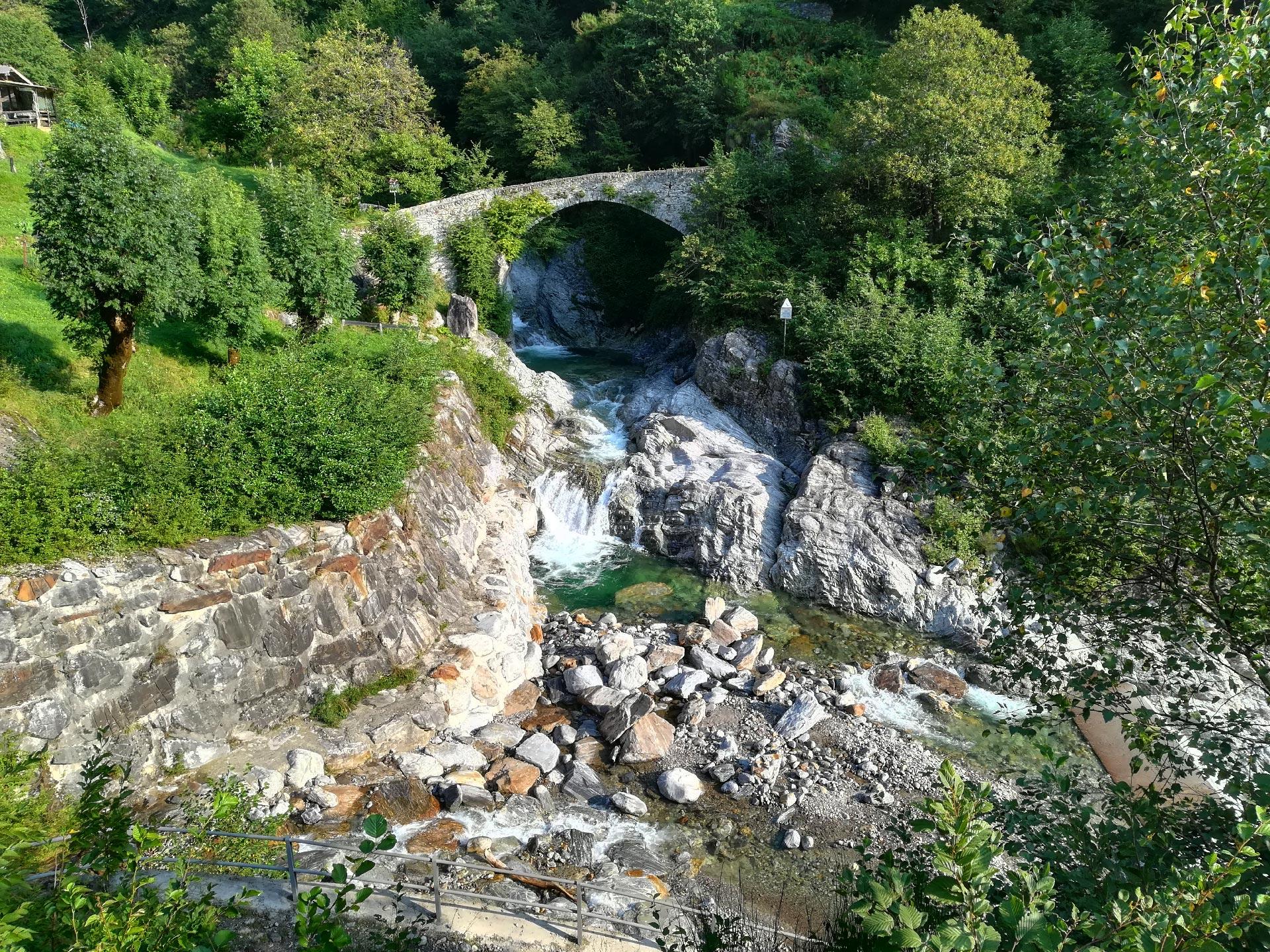 ponte in località Dangri, attaco del sentiero per il lago Darengo, Como, Lombardia