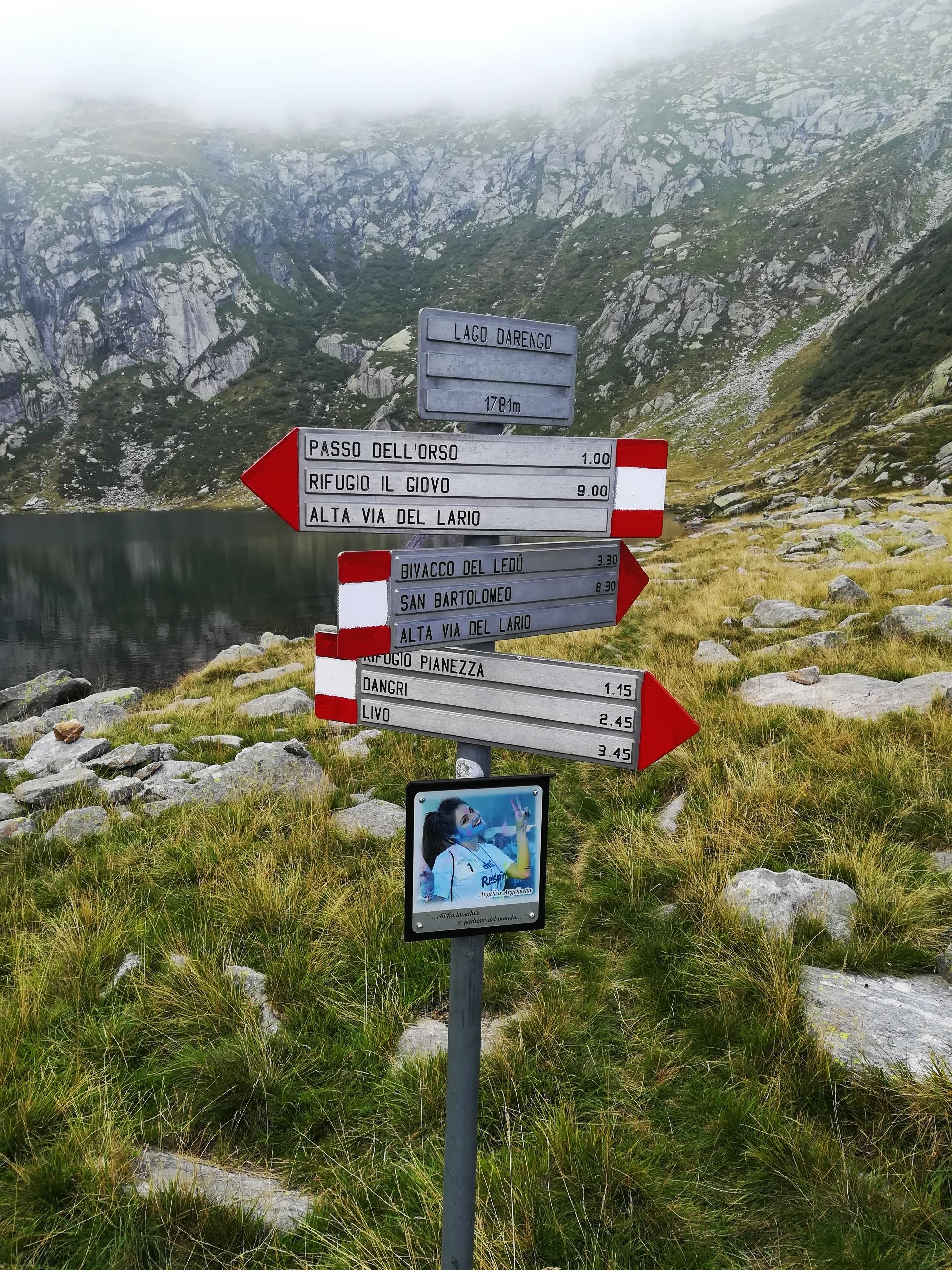 indicazioni nei pressi del lago Darengo, Como, Lombardia