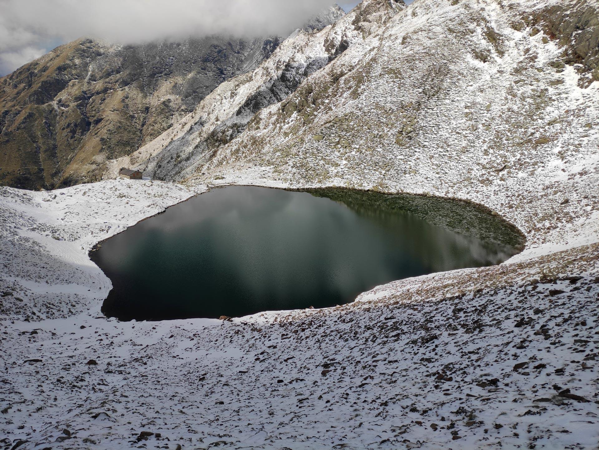 Veduta dall'alto del lago di Deleguaccio innevato, Valsassina, Lombardia