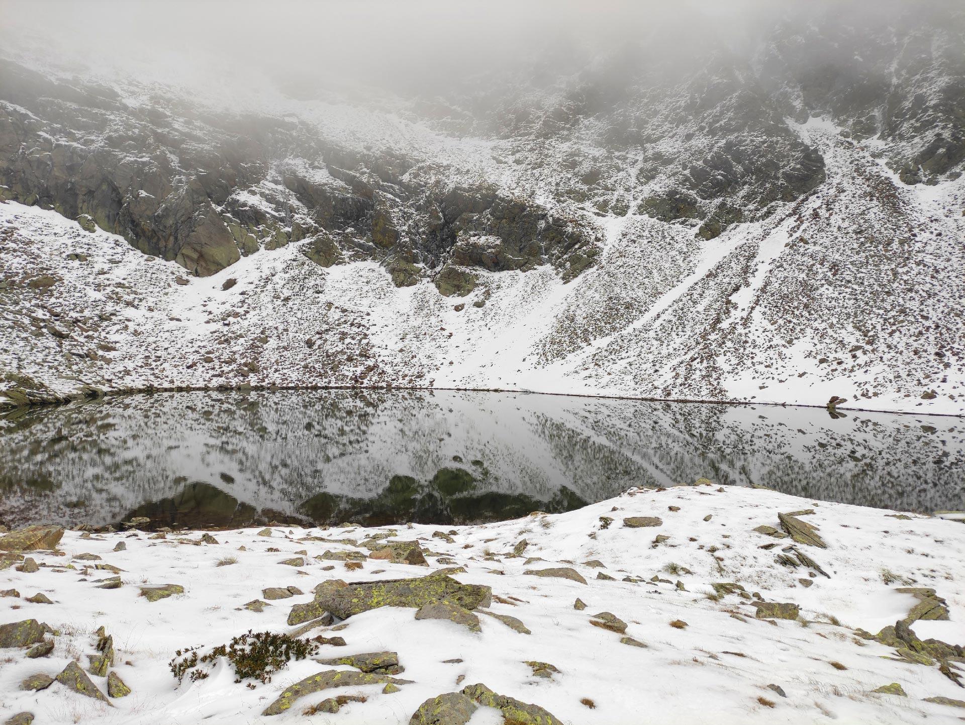 Veduta del lago di Deleguaccio nella nebbia e con la neve, Valsassina, Lombardia