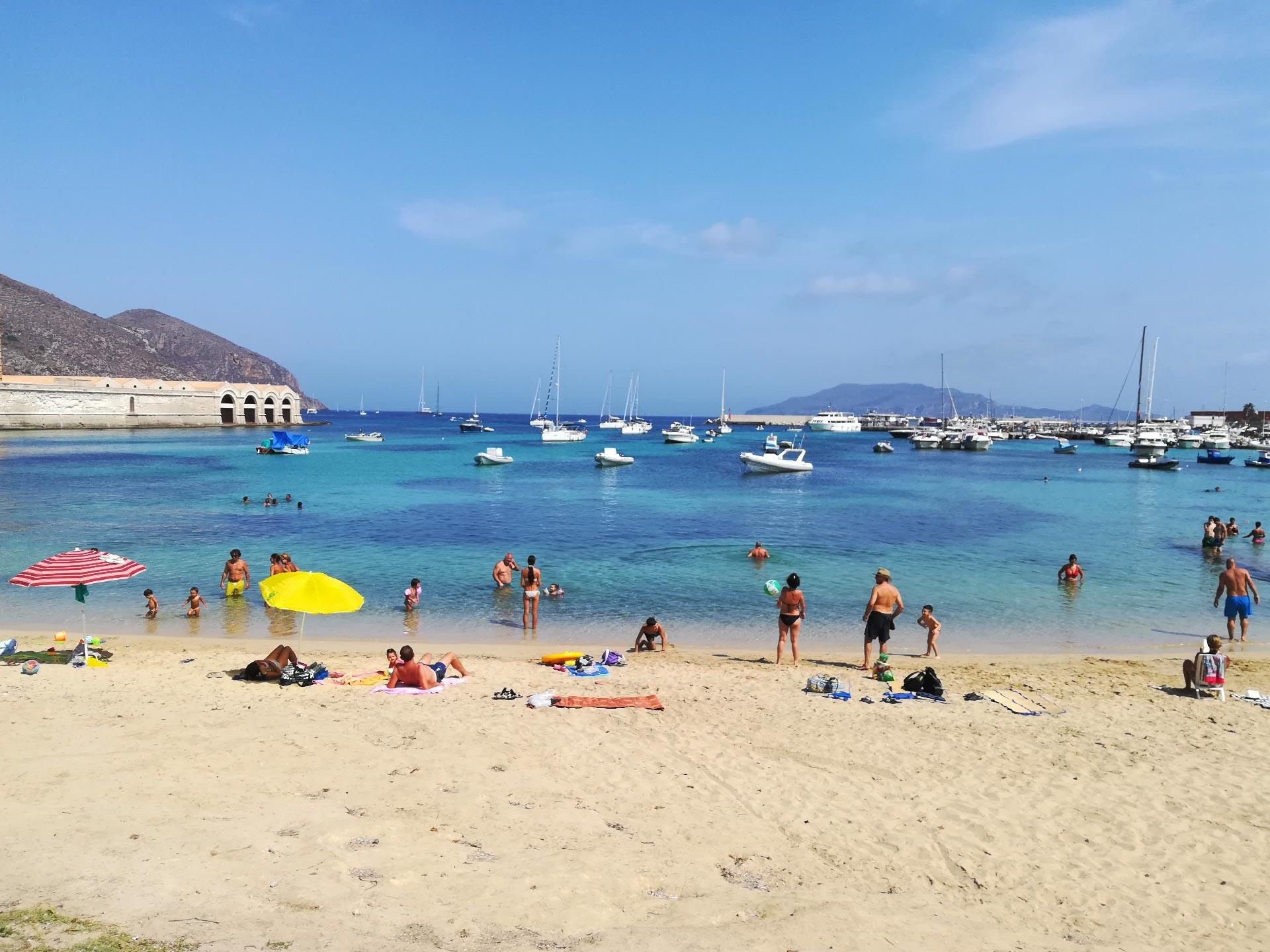 veduta della spiaggia di Favignana, Trapani, Sicilia