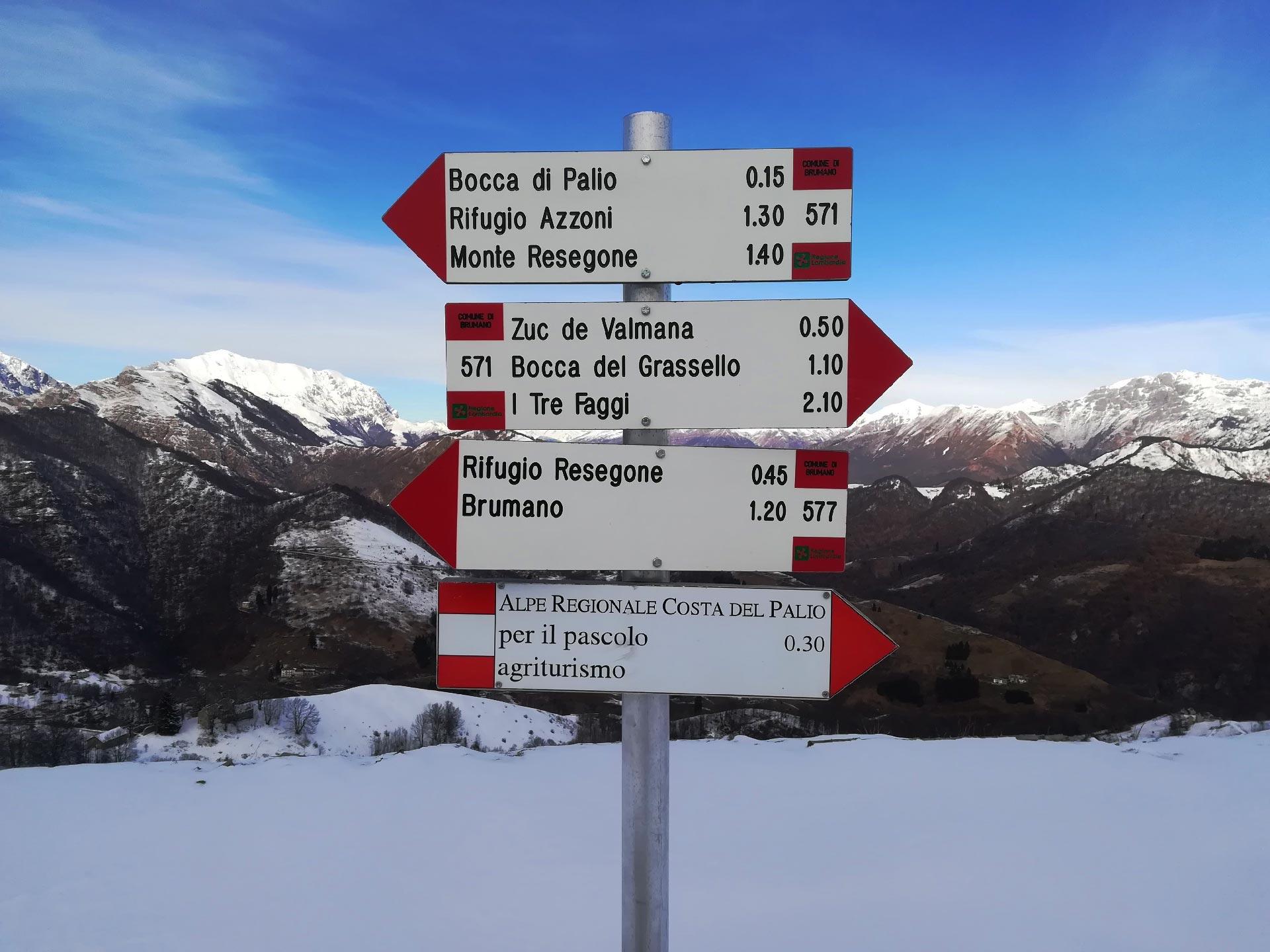 indicazioni itinerari Morterone, sullo sfondo le montagne valsassinsei, Lecco, Lombardia