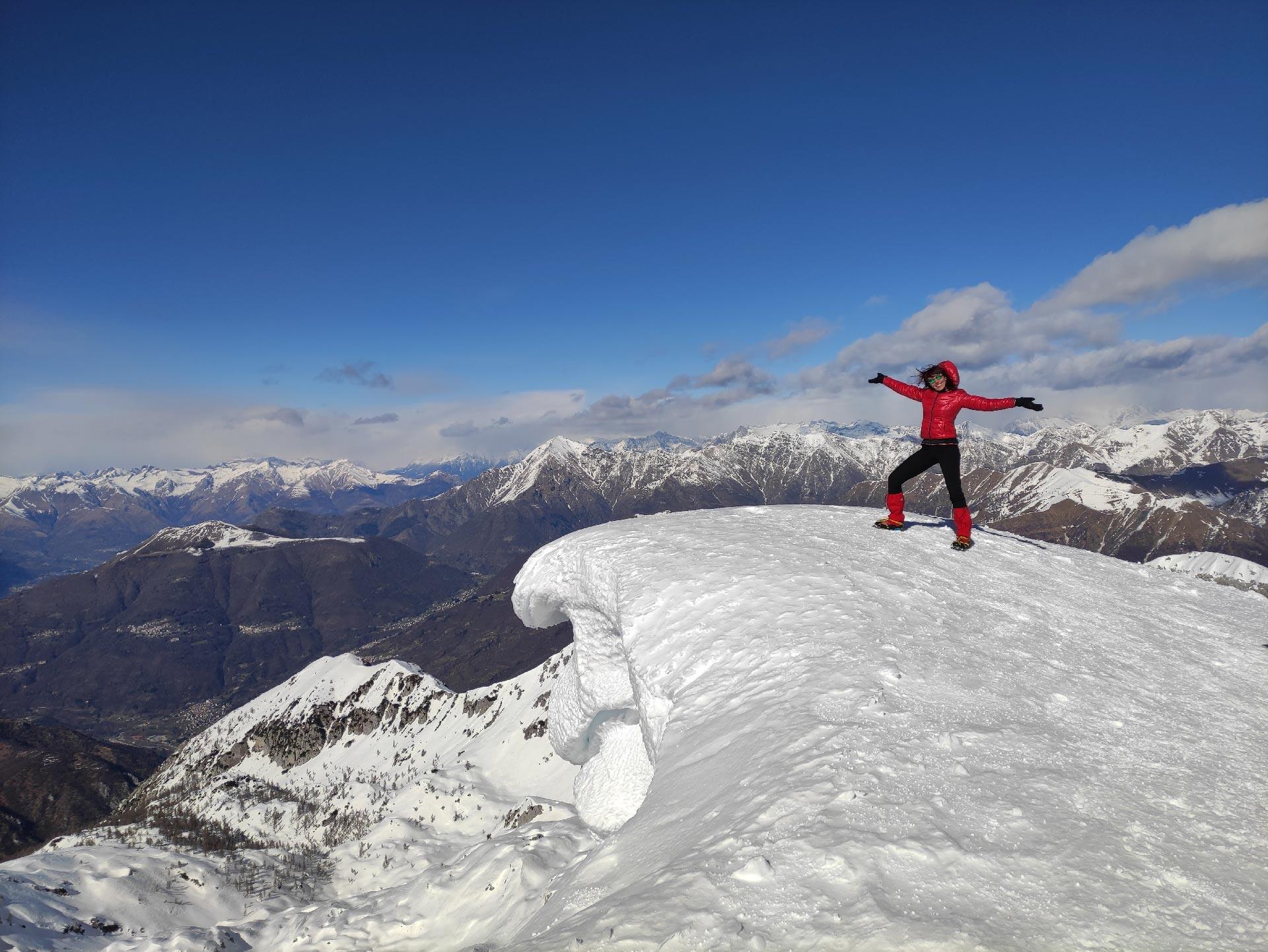 Trekking invernali in Valsassina: panorama dalla croce del Rifugio Brioschi