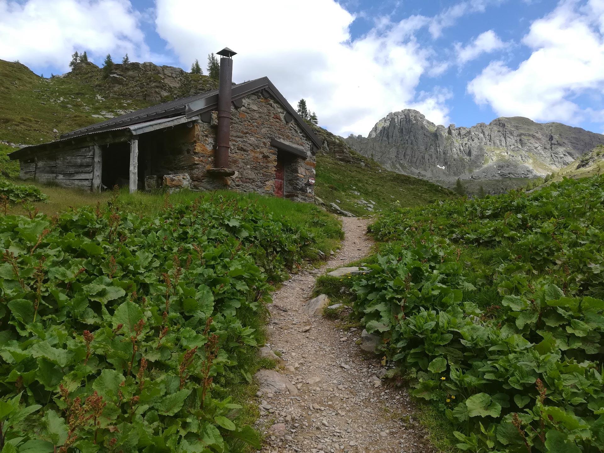 una baita in pietra nei pressi dei laghi Gemelli, Val Brembana, Lombardia