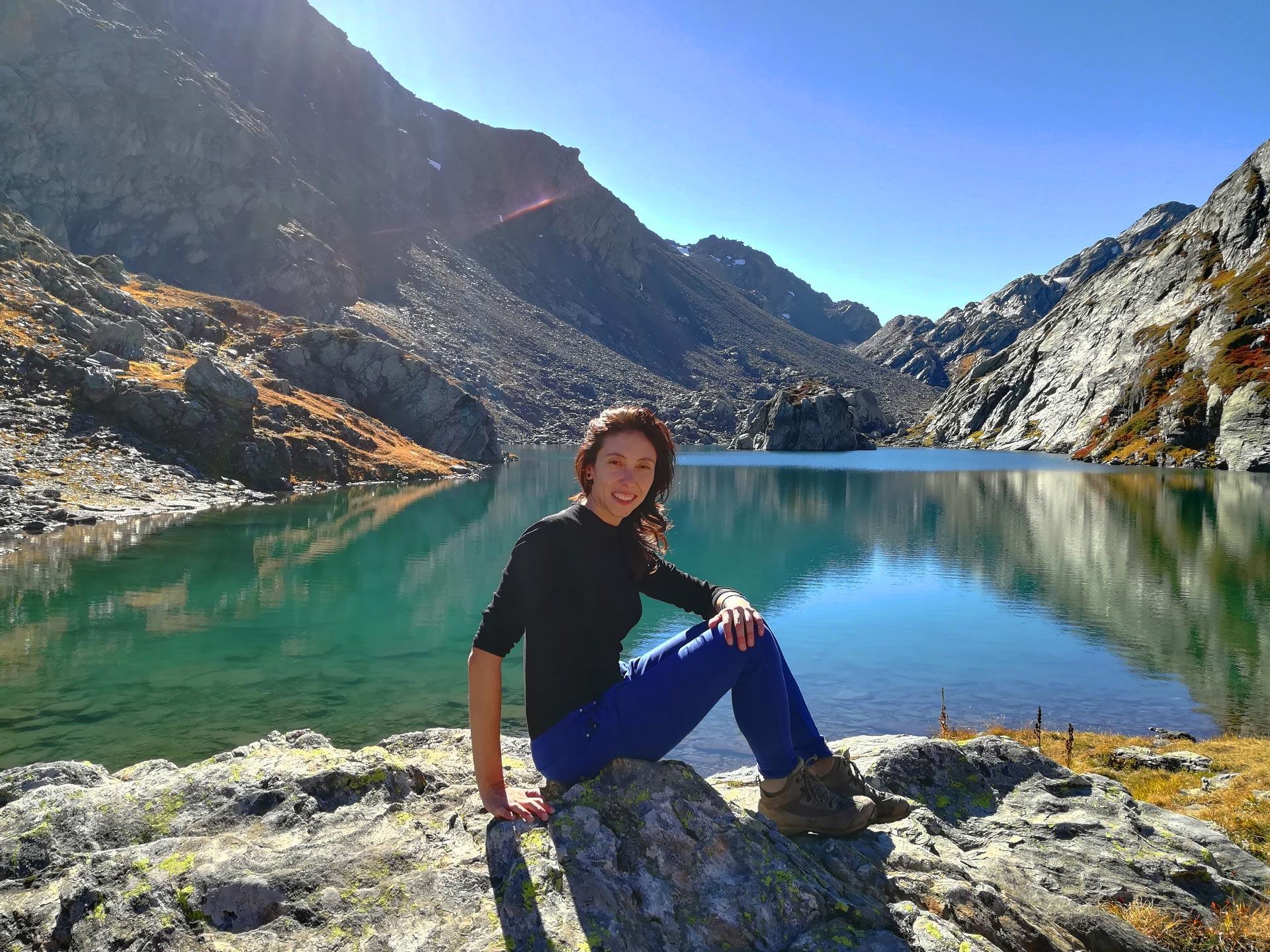 veduta del lago di Belle Combe e delle montagne circostanti