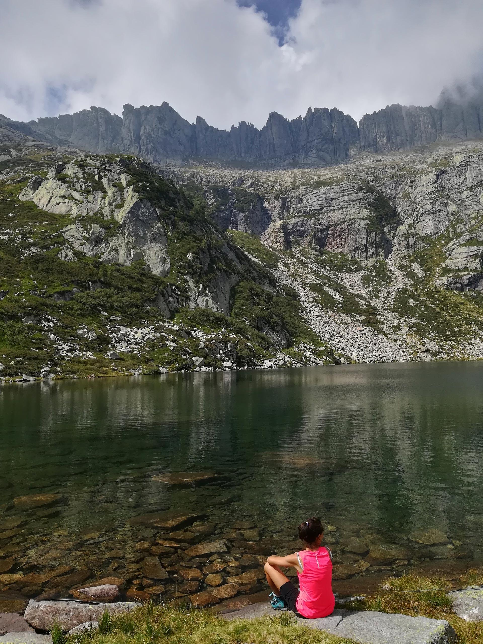 Lago Darengo, sullo sfondo picchi rocciosi che lo sovrastano, Como, Lombardia