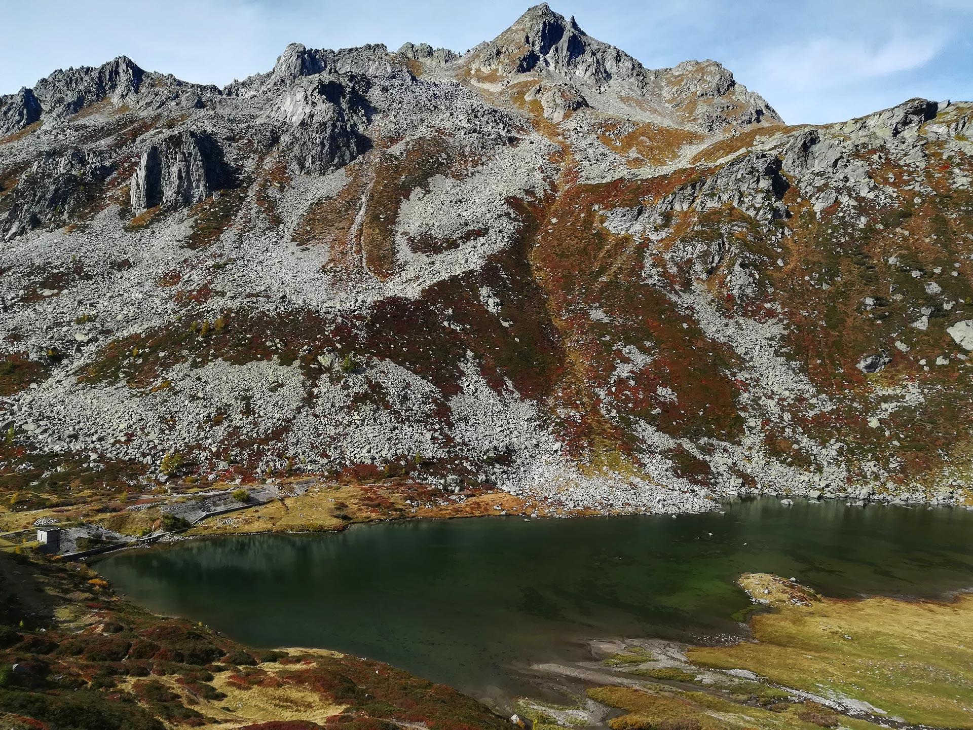 veduta dall'alto del lago di Pianboglio e delle montagne circostanti