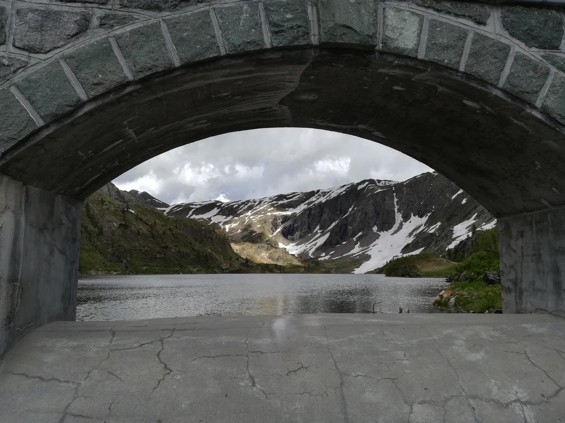 Uno scorcio del lago Colombo, in lontananza le montagne ancora parzialmente innevate, Val Brembana, Lombardia