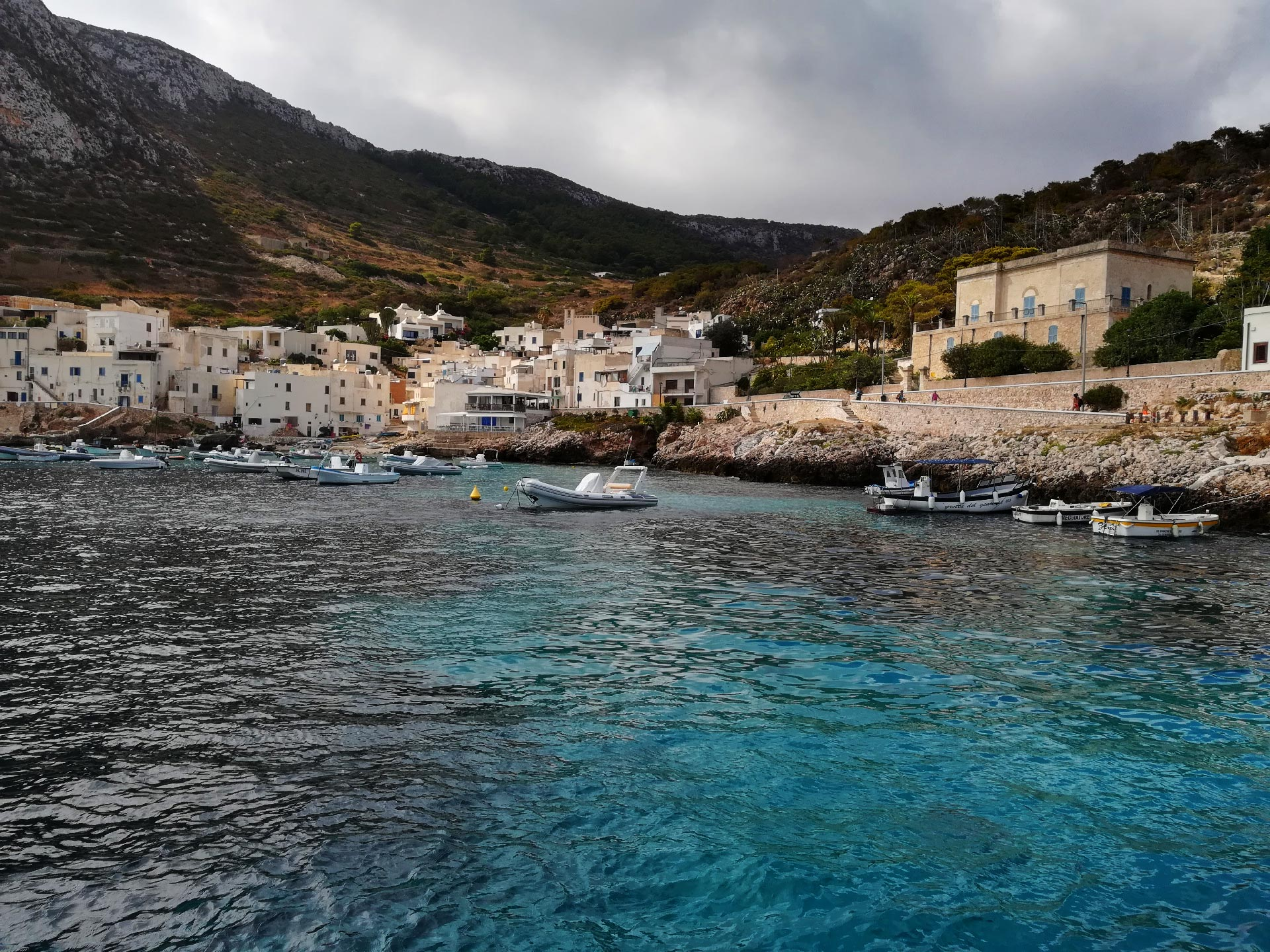 veduta sul porto di Levanzo, Trapani, Sicilia
