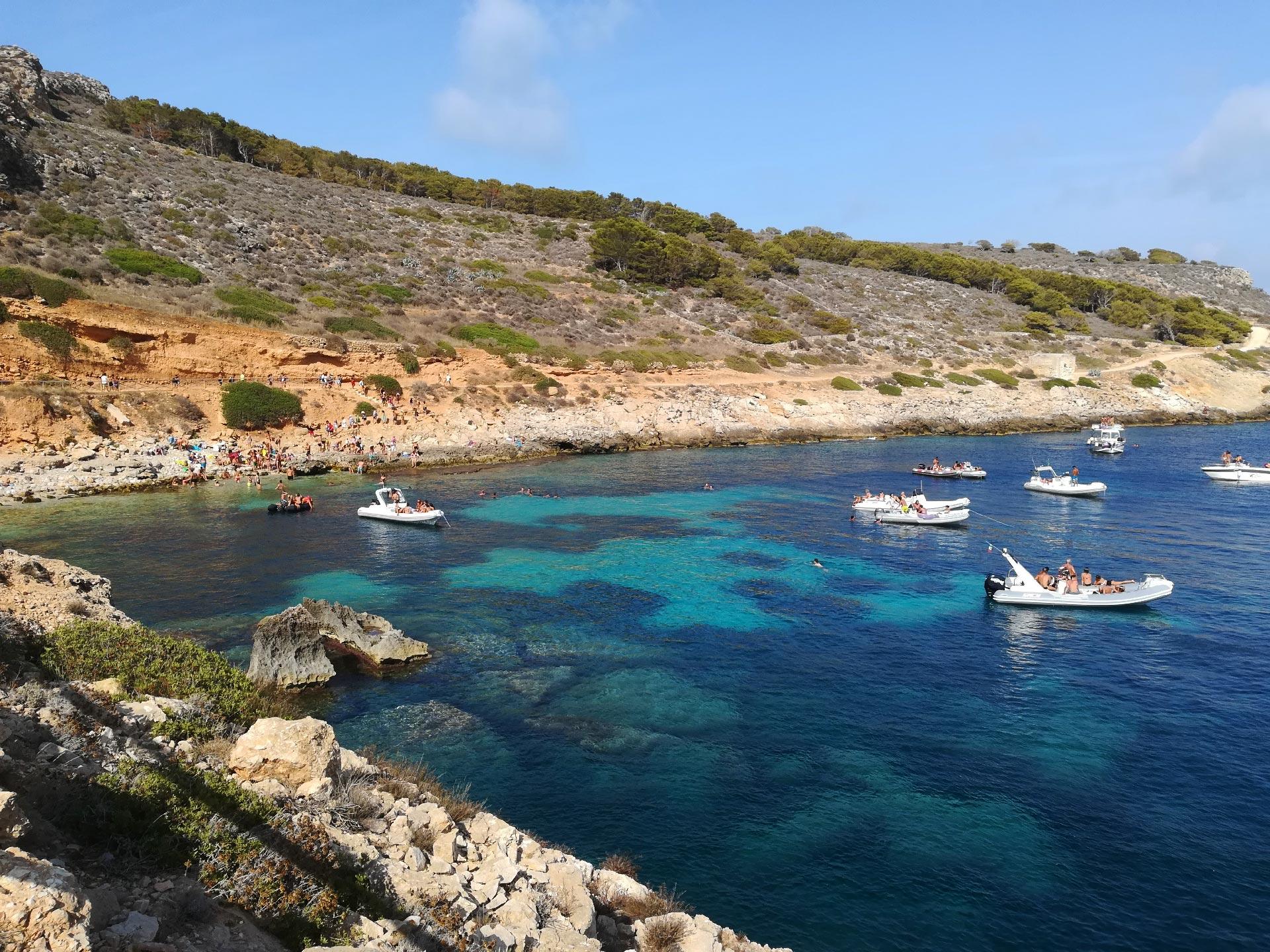 il mare blu dell'isola di Levanzo, Trapani, Sicilia