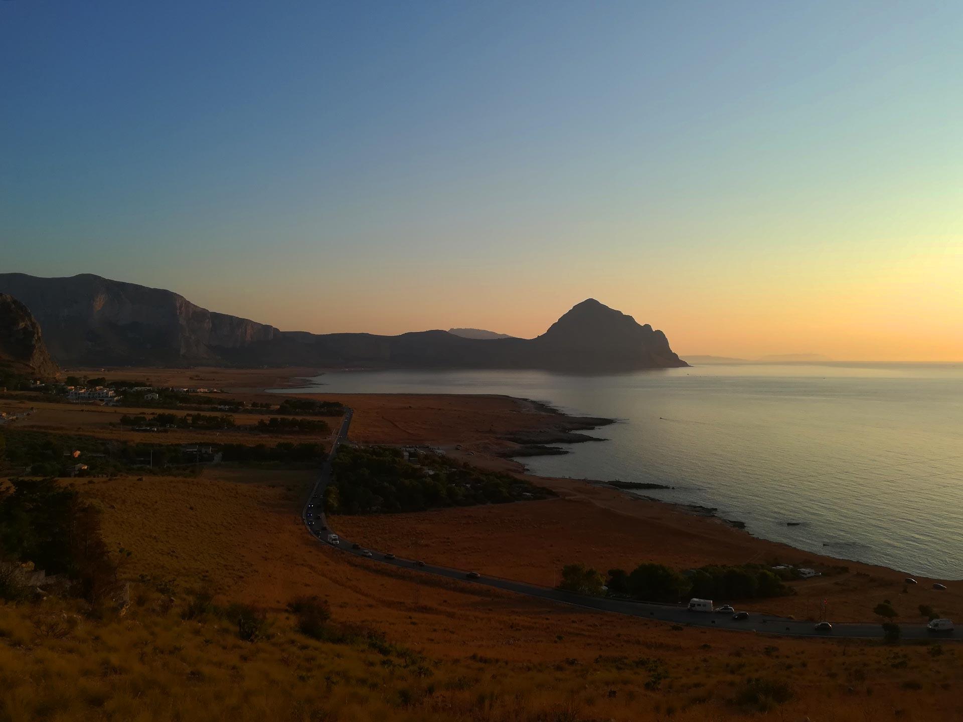 tramonto sulla baia Santa Margherita, sullo sfondo il Monte Cofano, Macari, Sicilia
