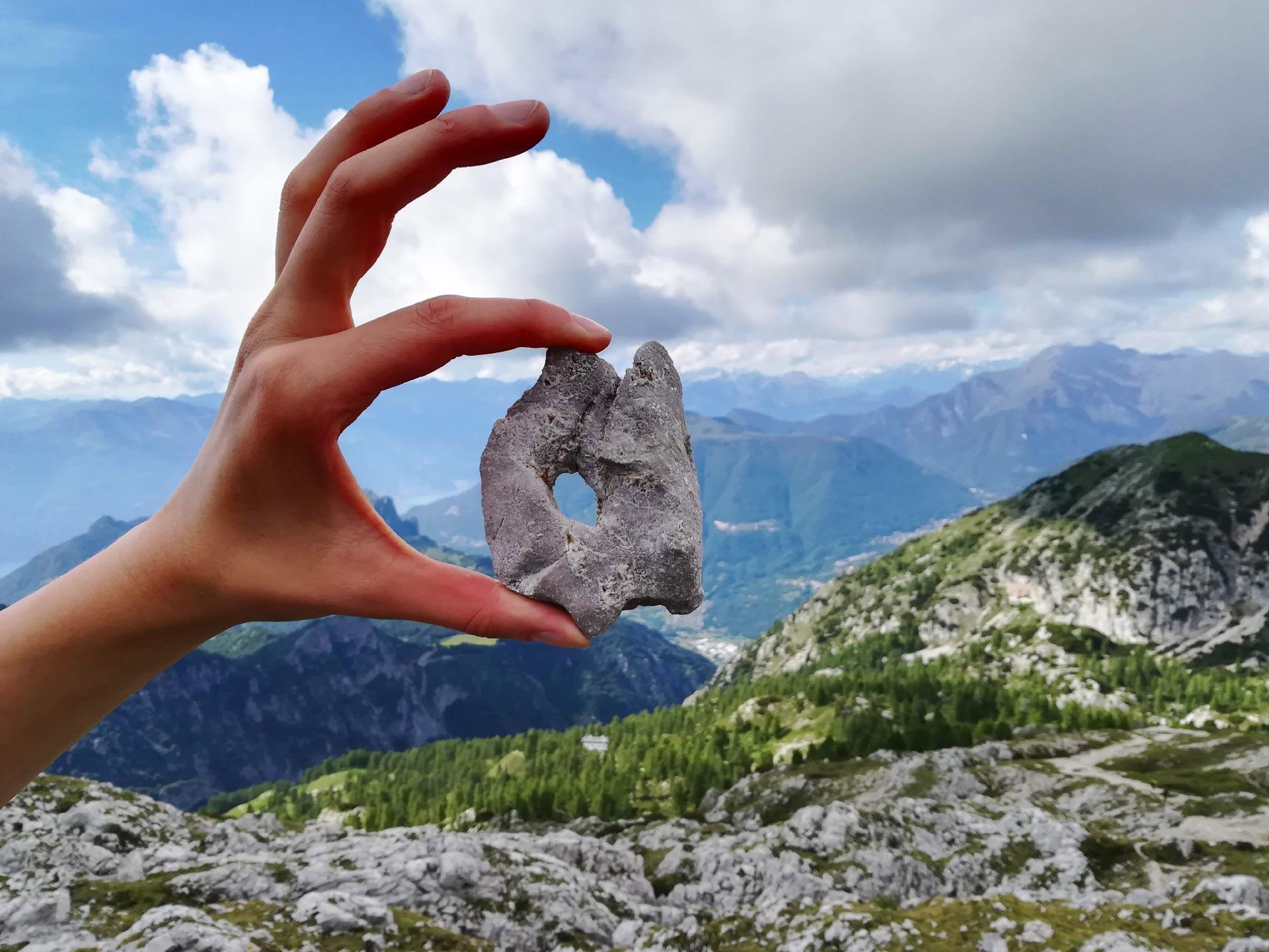 una pietra che con la sua forma ricorda la Porta di Prada
