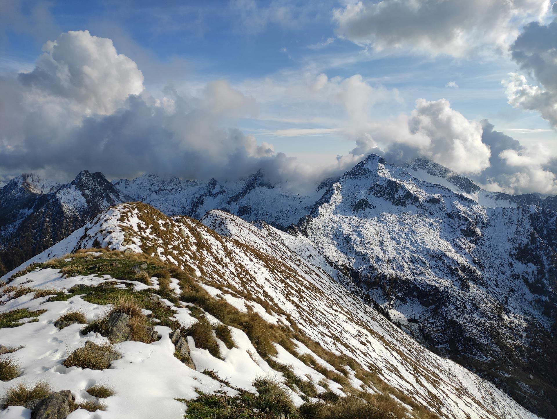 Veduta dell'Alpe Lago, in vetta al Monte Lago (montagne innevate), Valle del Bitto, Lombardia