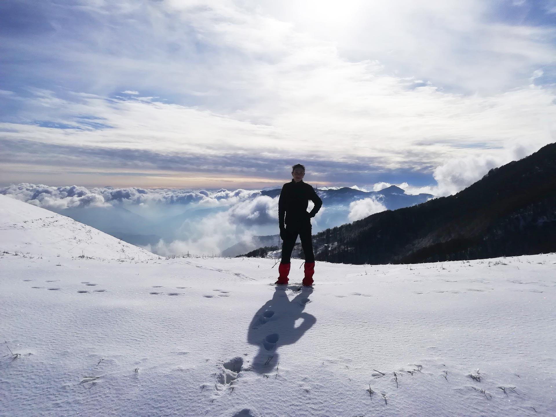 scorcio del sentiero innevato che conduce a Morterone, sullo sfondo le montegne bergamasche, Valsassina, Lombardia