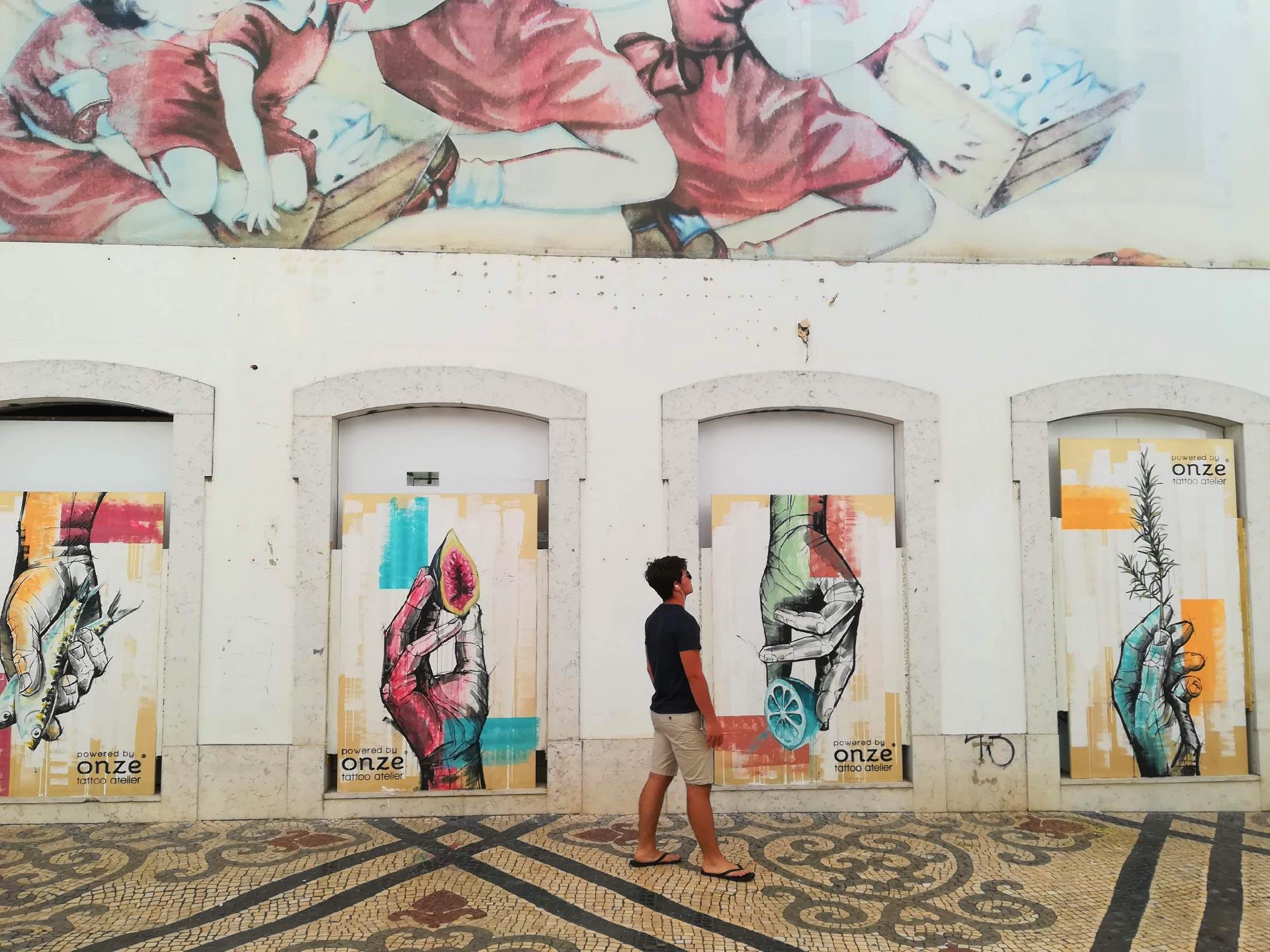 Murales che decorano le vie del centro di Faro, Algarve, Portogallo