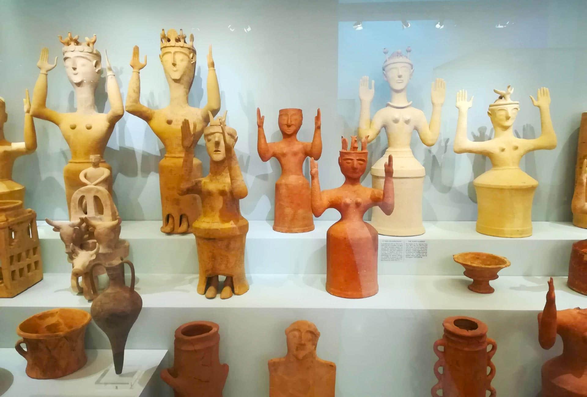 statuine decorative conservate all'interno del Museo di Heraklion, Creta, Grecia