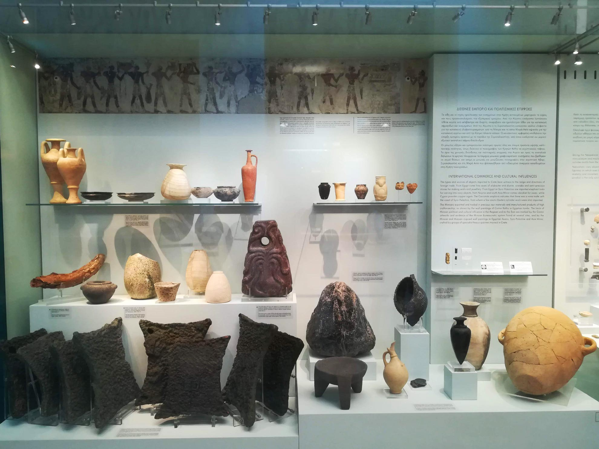 suppellettili e oggetti decorativi conservati all'interno del Museo di Heraklion, Creta, Grecia