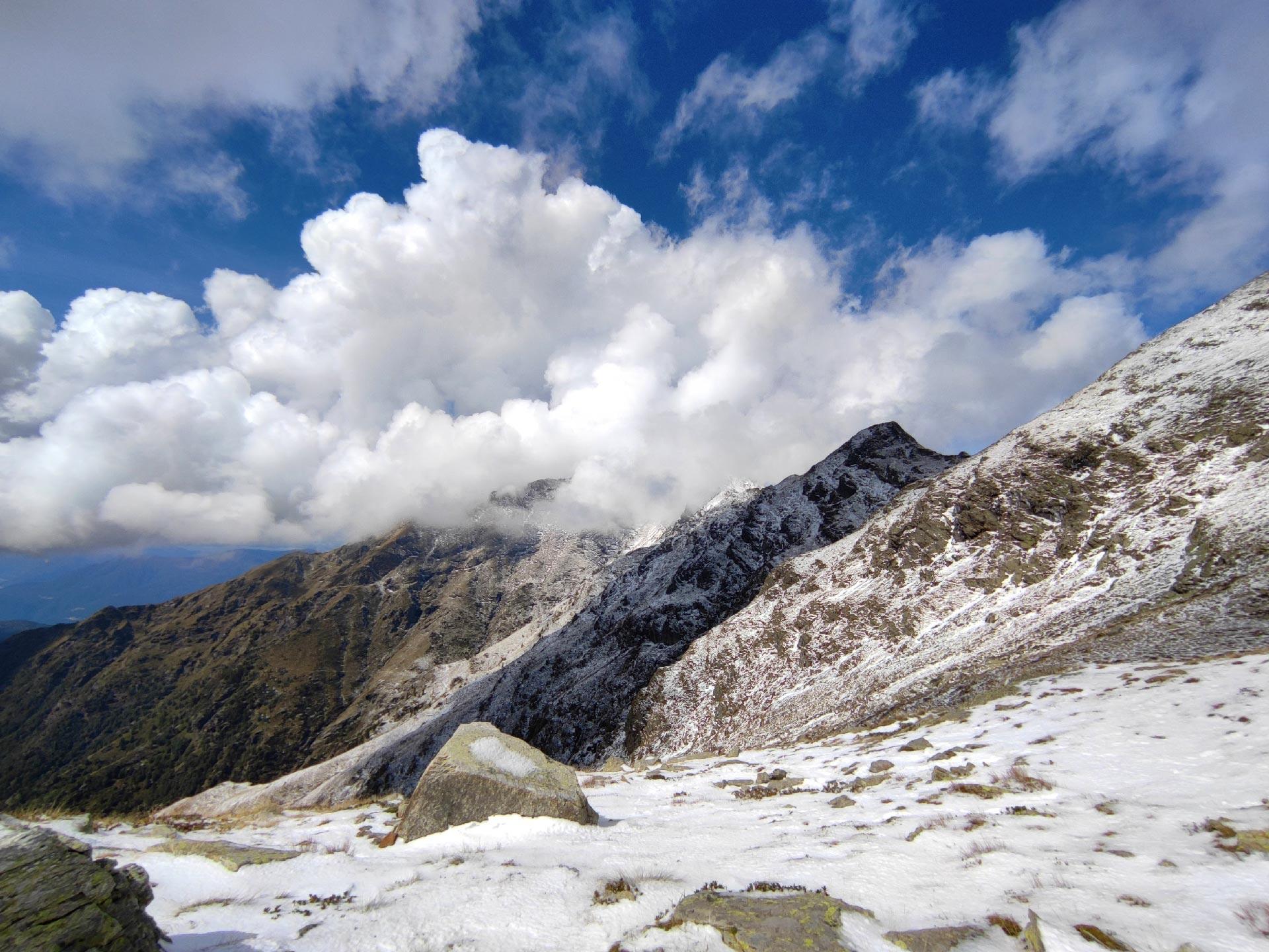 Panorama dei monti Valsassinesi innevati dal lago di Deleguaccio, Valsassina, Lombardia