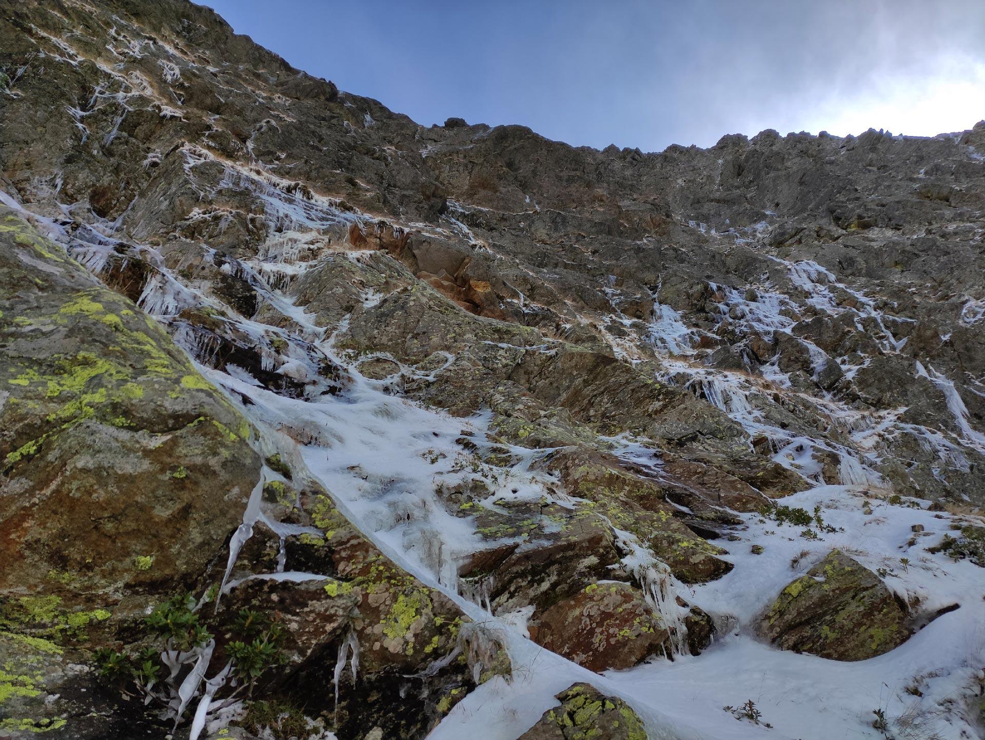 tratto di sentiero verso il Pizzo Alto, parete di roccia ghiacciata, Valsassina, Lombardia