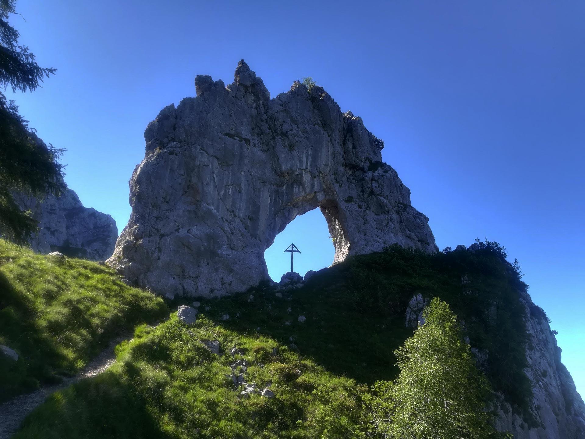 veduta della Porta di Prada, conformazione rocciosa frastagliata con un enorme foro al centro, come un portone, Grignone, Lecco, Lombardia