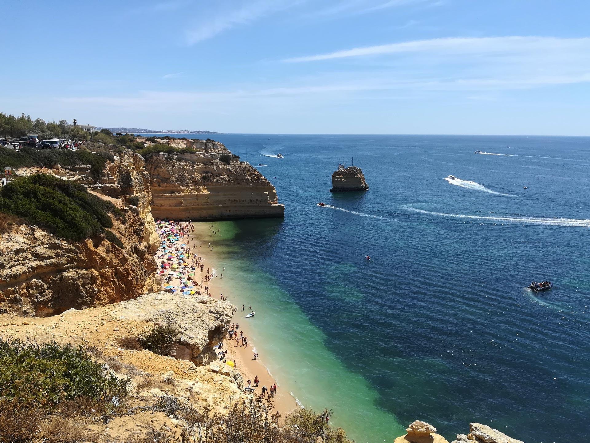 Veduta dall'alto di Praia da Marinha (spiaggia con falesie), Portimao, Portogallo