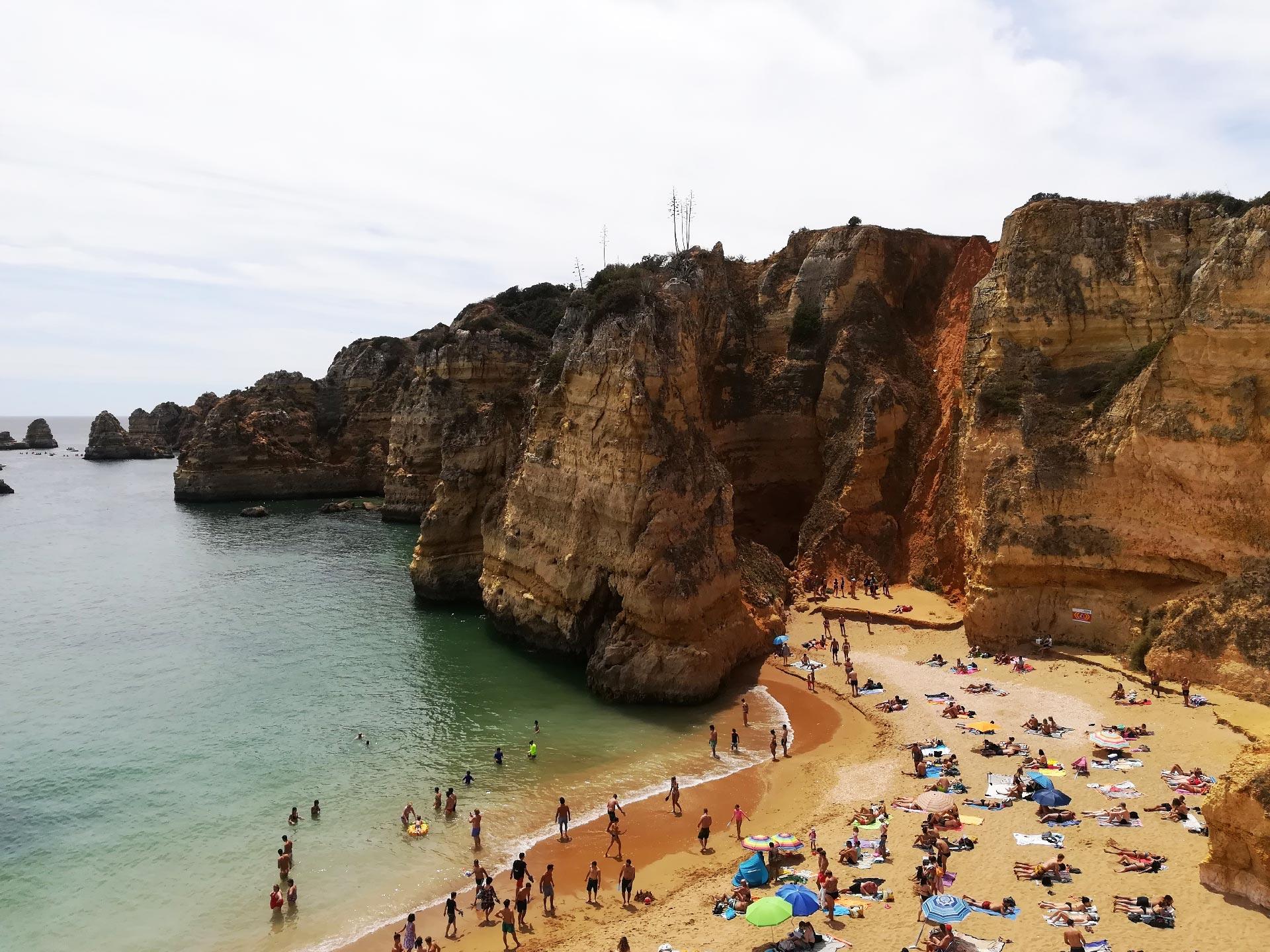 Veduta delle scogliere di Praia de Dona Ana (spiaggia e mare), Portimao, Portogallo