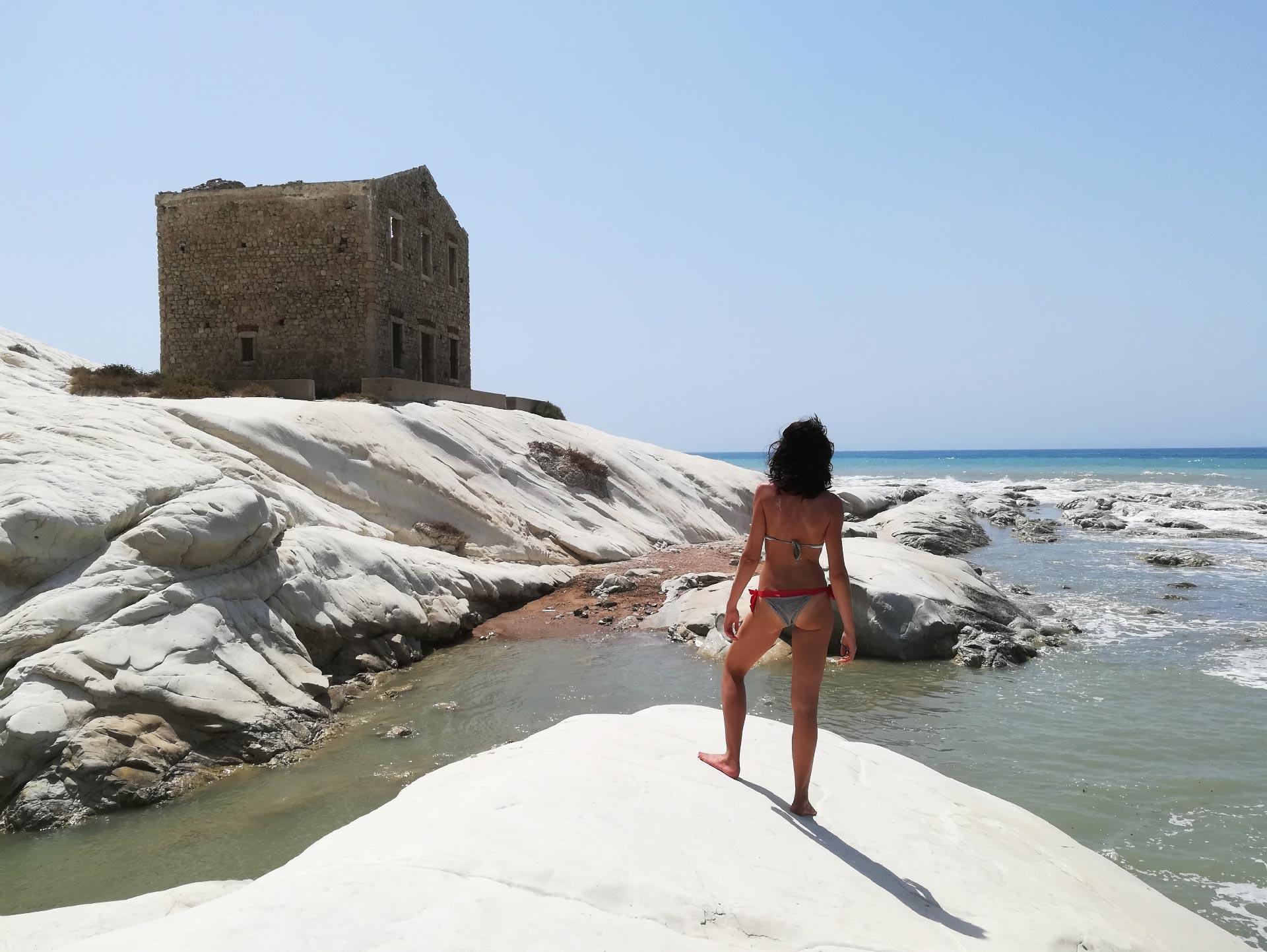 scorcio della spiaggia di Punta Bianca a Zingarello, sullo sfondo la casan dei Doganieri, Siracusa, Sicilia