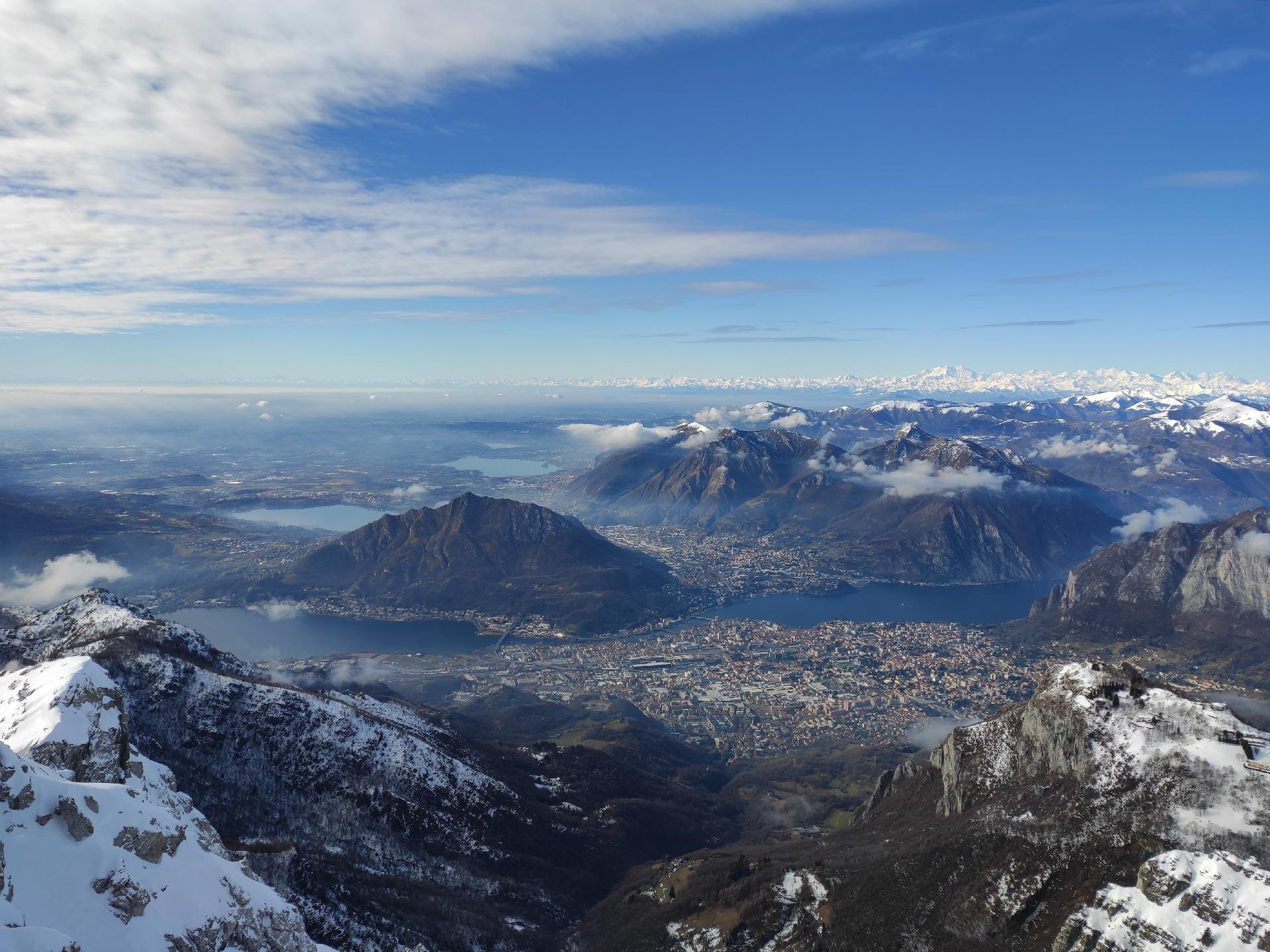 Trekking invernali in Valsassina: panorama su Lecco dalla cima del monte Resegone