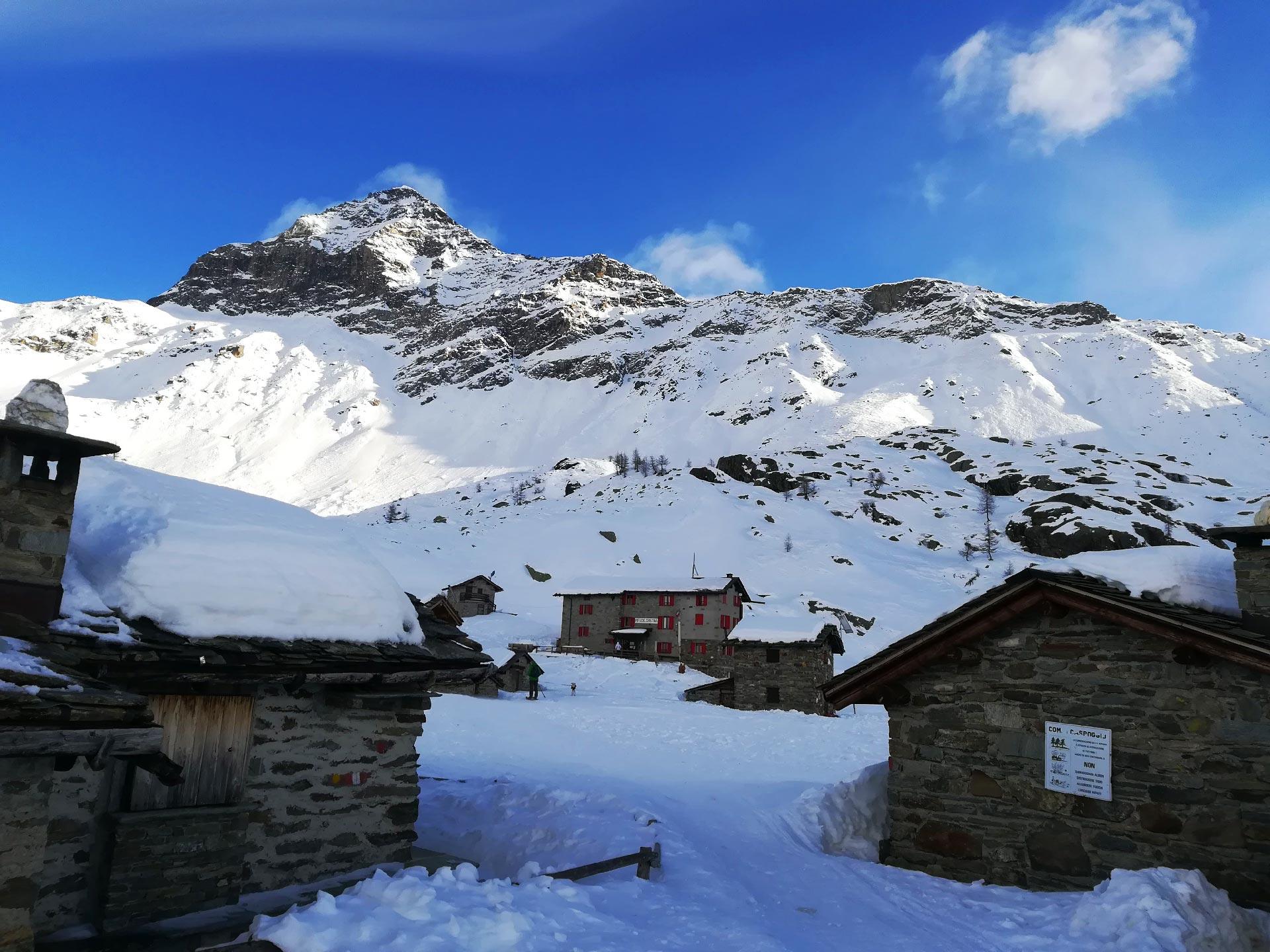 Rifugio Cristina, sullo sfondo il Pizzo Scalino, Valmalenco, Lombardia