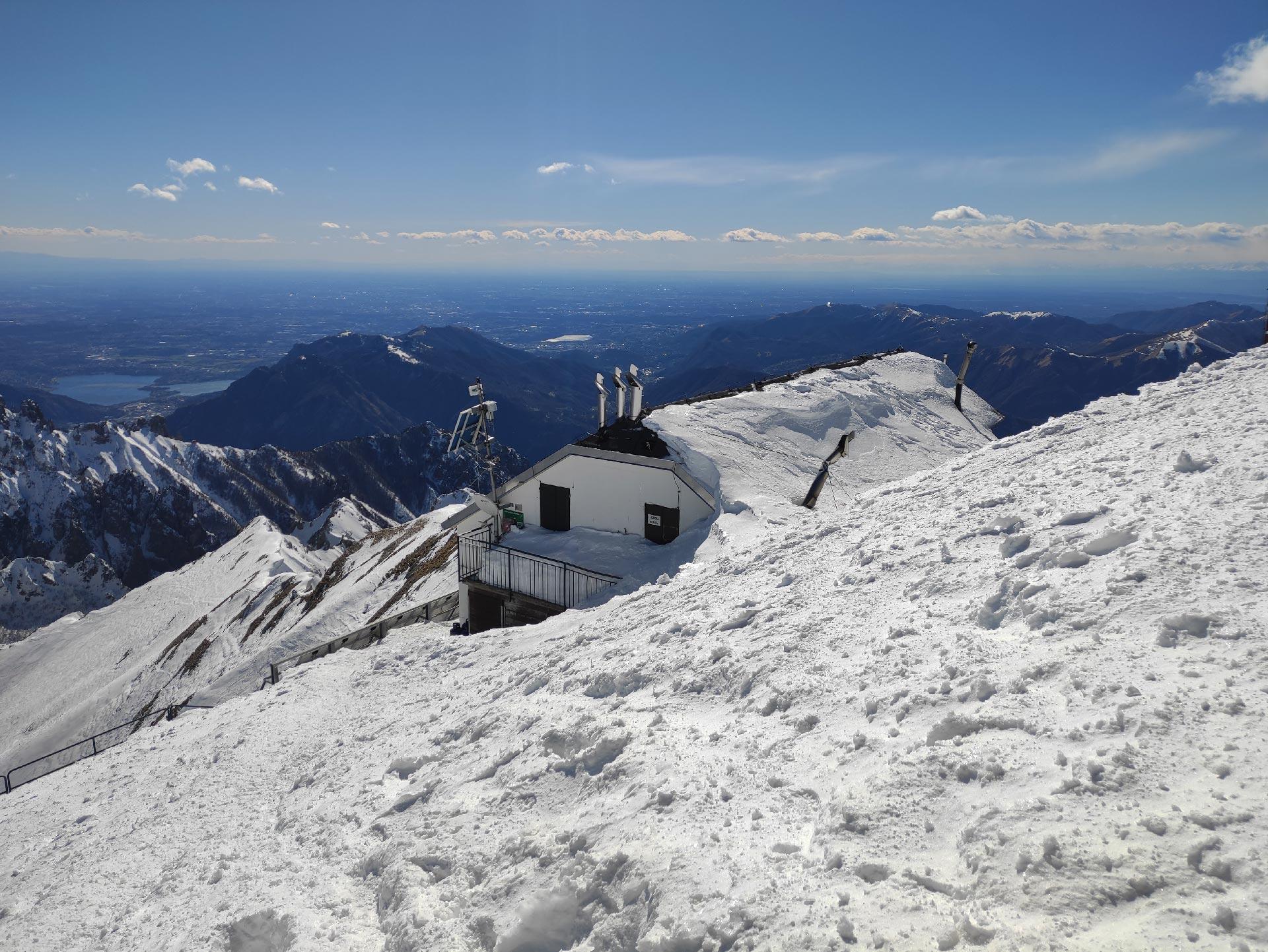Trekking invernali in Valsassina: veduta del Rifugio Brioschi