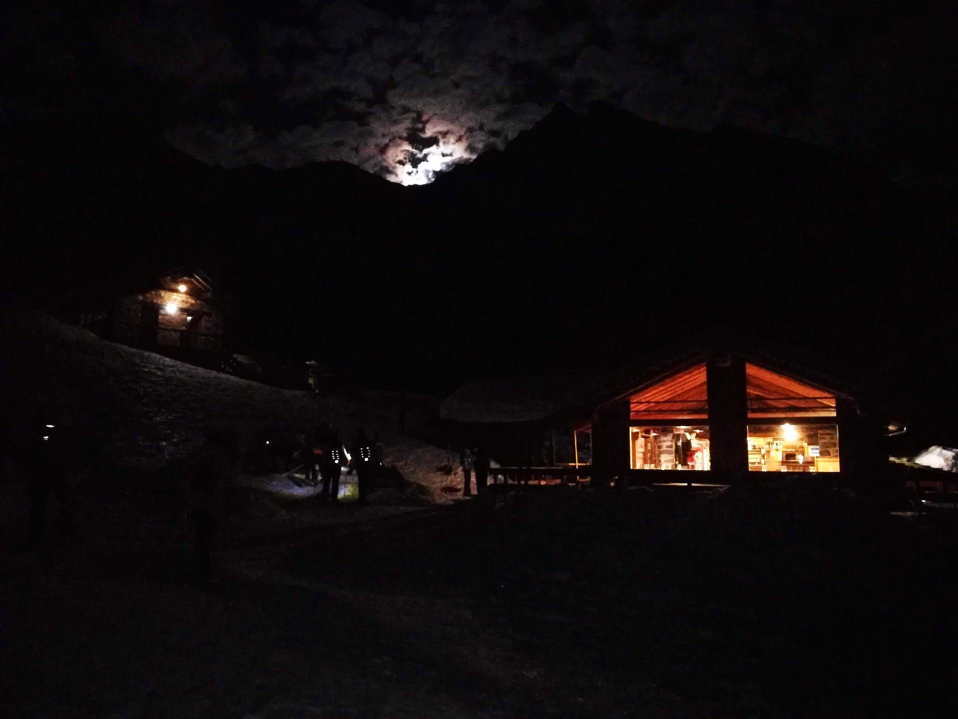 veduta notturna del Rifugio Pastore
