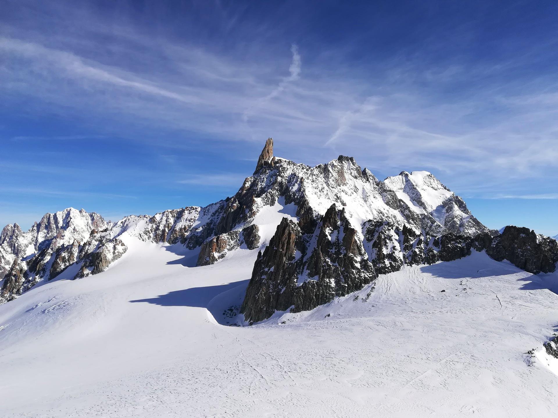 panorama sul Dente del Gigante dalla terrazza panoramica della stazione di Punta Helbronner, Courmayeur, Valle d'Aosta