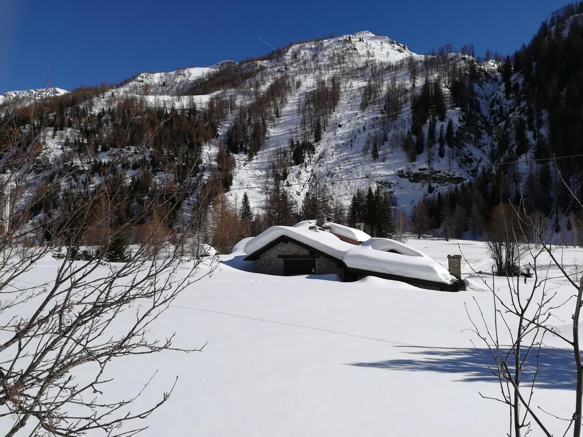 uno scorcio della Val Ferret, baita ricoperta dal manto nevoso, Courmayeur, Valle d'Aosta