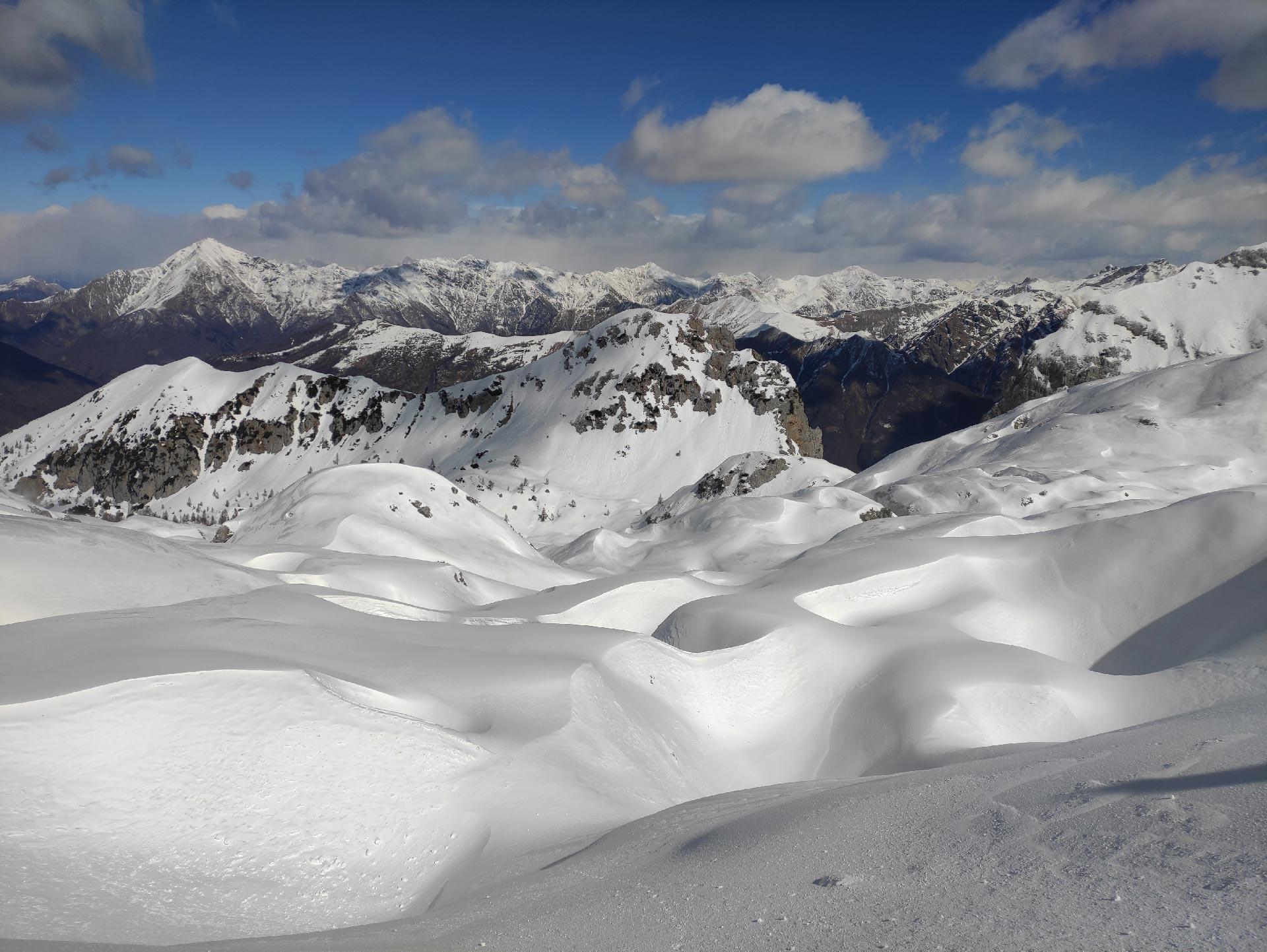 Trekking invernali in Valsassina: deserto di neve verso il Rifugio Brioschi