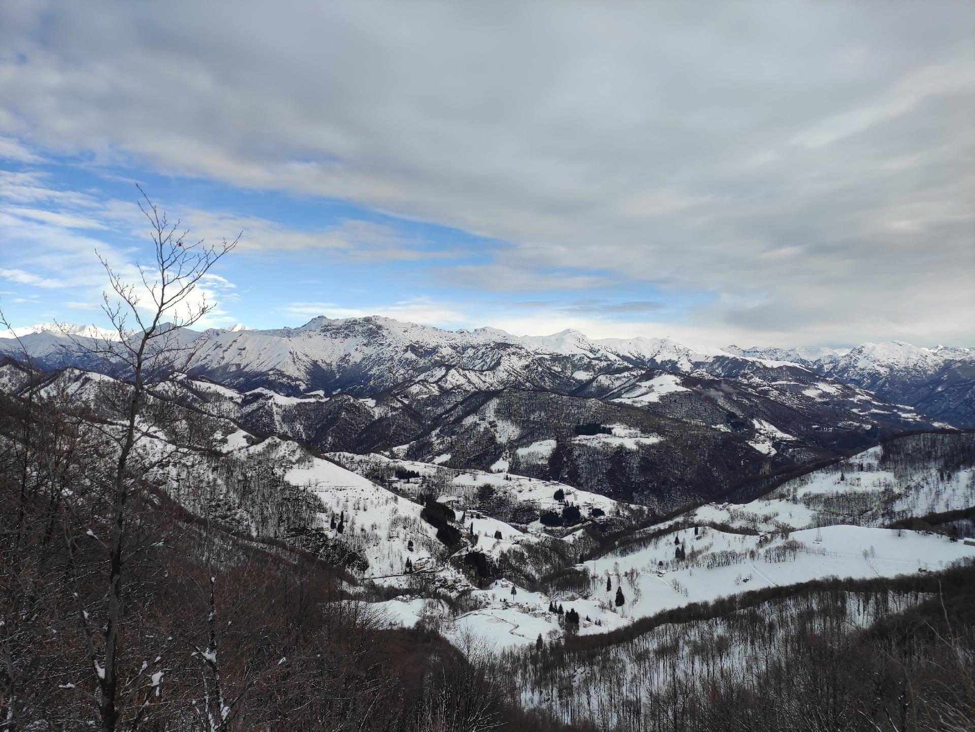 Trekking invernali in Valsassina: panorama sulle montagne Valsassinesi